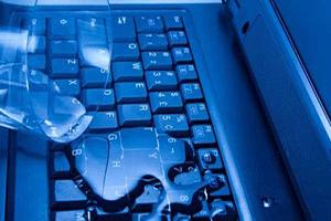 ریختن مایعات روی لپ تاپ